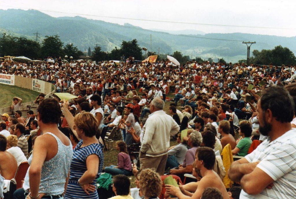 Volle Zuschauerränge auf der Aufschüttung an der Grasbahn